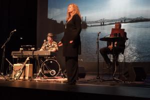 Bjørn Isachsen, Bente Brochman og Dag Andersen fremfører forestillingen Bluesland